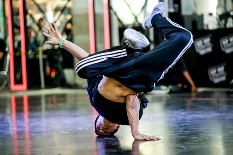 Real People Full Length One Person Water Exercising Balance Strength Wet Lifestyles Swimming Pool Flexibility Motion Men Outdoors Handstand  Day Breakdancing Athlete Young Adult One Man Only dancing