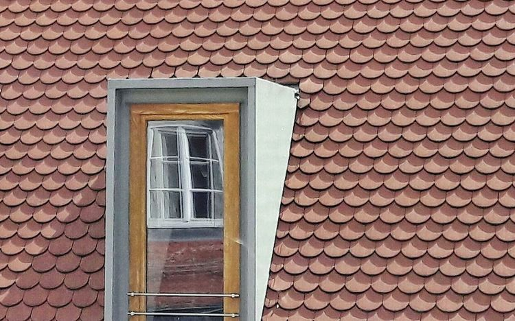 Fenster das ein Fenster spiegelt Architecture Built Structure Window Outdoors Building Exterior Reflections Roof Tiles Roof Tiles Old And New ArchitectureGeometric Minimalism Minimal Backgrounds Architectural Detail Windows Textures And Shapes No People Modern Architecture