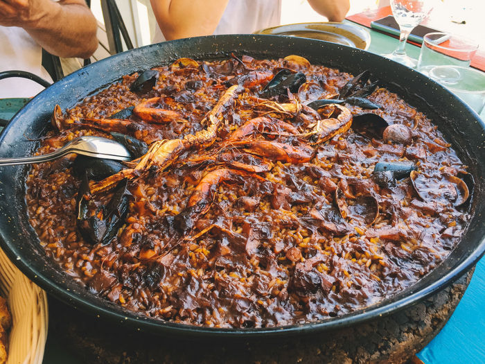 Paella Paella Valenciana Rice Close-up Container Fish Food Food And Drink Freshness Healthy Eating High Angle View Incidental People Kitchen Utensil Meat Preparation  Preparing Food Ready-to-eat Real People Seafood Seafood Paella Wellbeing