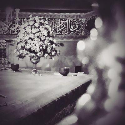 . ـ اي محم........د! محمد (ص) با لرزه اي آشکار در صدا، پاسخ گفت: بــ........بله؟ ـ بخـ.........وان! ـ من......؟! چــ......چه بخوانم!؟ ـ نام خدايت را! ـ چـ.... چگونه بخوانم؟ ـ بخوان به نام پروردگارت که بيافريد. محمد، هم نوا با آن موجود آسماني، خواندن آغازيد: ـ .... آدمي را از لخته اي خون آفريد. بخوان؛ و پروردگار تو، ارجمندترين است همو که به وسيله قلم آموزش داد و آدمی را، آنچه که نمي دانست، آموخت... . . . عید مبعث مبارک مضجع حرم حضرت_معصومه سلام_الله_علیها