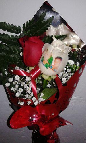 Ramo de rosas con una de ellas tatuada en el petalo con una fotografia, un producto original de nuestra web de flores a domicilio www.graficflower.com, donde puedes encontrar las flores y ramos mas originales. Flowers Flores Shopping Rosas Ramos De Rosas Regalos Originales Regalos Regalo Especial Regalo♥ Ramos De Flores
