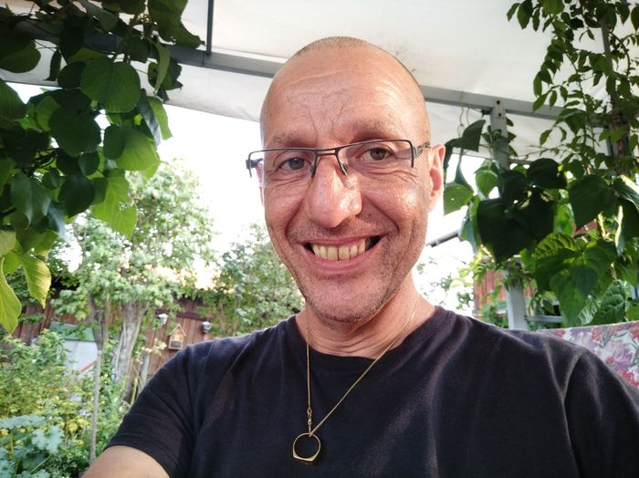 einfach nur zufrieden Selphy EyeEm Selects Portrait Greenhouse Smiling Looking At Camera Headshot Human Face Shaved Head Men Mature Men Front View Iris - Eye Hair Loss Completely Bald