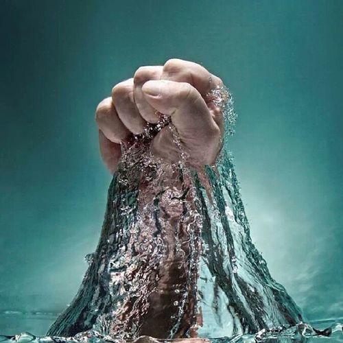 إذا تعرضت لهزيمة فلا تنكسر بعدها ؛ قم و كن أكثر قوة وأكثر الهاما لمن حولك .. أنت قوي بالله
