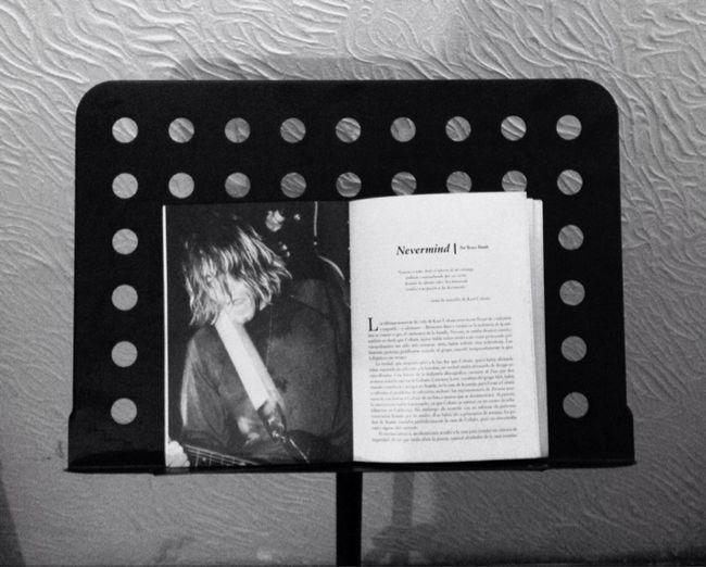 """""""Gracias a todos desde el infierno de mi estómago, ardiente y nauseabundo, por sus cartas durante los últimos años. Soy demasiado errático y mi pasión se ha desvanecido"""". -Nota de suicidio- 🌘Kurt Cobain🌘 Photo Of The Day Kurt Cobain Grunge Sick Sad World Blackandwhite Black And White Kurt Cobain Didnt Kill Himself Twitter Book Atril"""