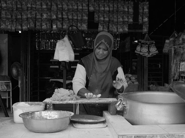 Keropok Time Black & White Black And White Blackandwhite Cooking Food Kemaman Keropok Malaysia Real People Showcase: February Terengganu Travel Travel Photography Traveling