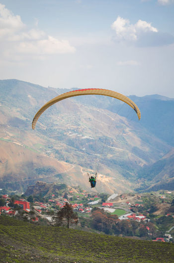 Vuelo en Parapente Adventure Cloud - Sky Day Environment Exhilaration Extreme Sports Flying Freedom Go Higher Land Landscape Mid-air Mountain Mountain Range Nature Non-urban Scene Outdoors Parachute Paragliding Scenics - Nature Sky Tranquil Scene Tranquility