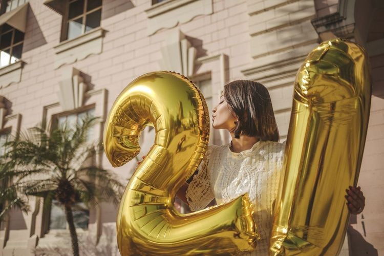 21 #urbanana: The Urban Playground Golden 21st Birthday! Photoshooting Photoshoot Goodmorning EyeEm  Summer Summertime Birth Birthday Celebrating Celebrate Balloons Ballon Kiss Pretty Pretty Girl EyeEm Selects Statue Gold Colored Arts Culture And Entertainment Sculpture Gold Human Representation Close-up Female Likeness Mannequin