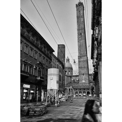 Passante di cantiere Squareinstapic Building Streetphotography Cityscape canon 6d 35mm ig_bologna igers latergram weekend succedesoloabologna niksoftware silverefexpro ancient fromlighttoink liveunscripted liveauthentic emiliaromagna explorationgram may saturday vertical thesmartview nevergiveup perspective daylight blackandwhiteisworththefight blackandwhitephotography blackandwhiteoftheday