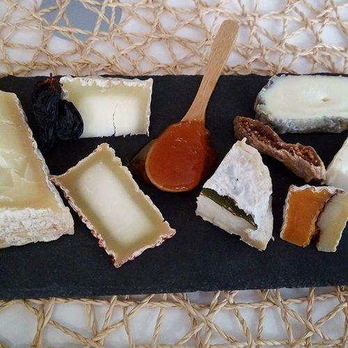 軽く20種類以上のチーズet 5種類のお酒🍸🍷をエンジョイ🙊 チーズ好きで良かった!!! *写真は一例でっす 秋田のにごり酒からスタートとか 神 Aperitif 樽熟成フェタとか桜の葉っぱと熟成とか 珍しい シェーブルプレートのとき心からハッピー Chevre  Goatcheese Raclette ラクレットは左から右まで違うチーズ Hisada Cheese Fromage Wine Happy Paris