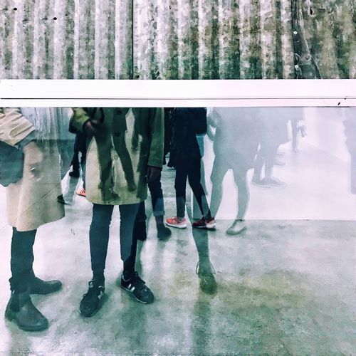 Consortium Exposition Jambes Pieds Low Section Real People Lifestyles Leisure Activity Walking Indoors  Human Leg People Standing Friendship