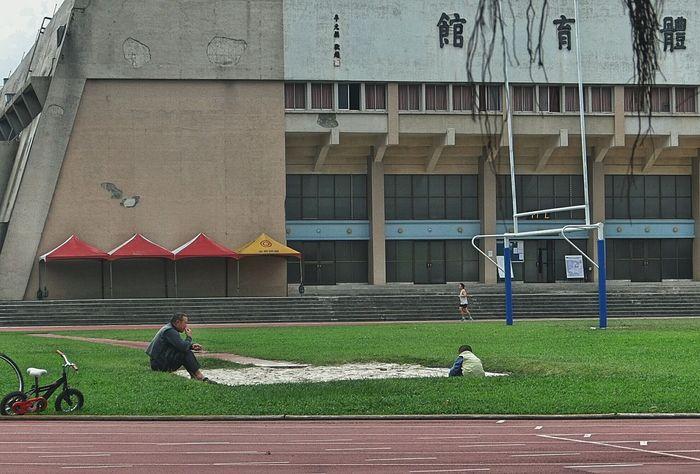 久々のほのぼの校園系列w②気温ついに❕10℃を割ろうかという状況下、閑散とした競技用フィールドはお砂場👦🎶に(≧▽≦) Streetphotography Streetphoto_color People People Watching Child Grandpa An Athletic Field Sandpit Snap A Stranger ゆ故事 Sandbox Study Abroad 🌴