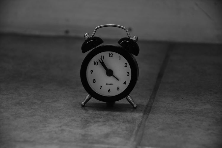 Time has stopped for this clock Stopped In Time Alarm Clock Black And White Photography Clock Clock Doesn`t Work Clock Face Close-up Hour Hand Indoors  Minute Hand Monochrome Photography No People Time The Creative - 2018 EyeEm Awards