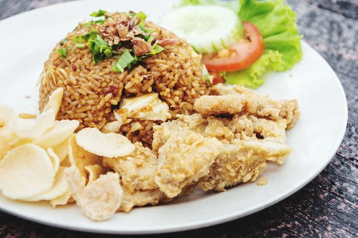 Asian Fried Rice with Fried Chicken and Vegetable Cracker Hot Food Vegetable Cracker Rice Plate Salty Food Hot Foods Malaysian Food EyeEm Gallery EyeEm Selects Singapore Food Thailand Food Indonesia Food Dinner Dinner Time Dinner Plate Lunch Lunch Time Lunch Plate Asian Foods Asianfood Fried Rice Plate Savory Food Close-up Food And Drink Fried Rice Indian Food Fried Chicken Fried Deep Fried  Chicken Meat