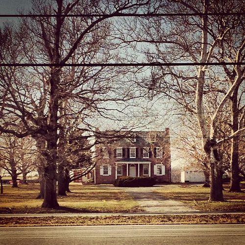 Such a pretty farm house. DelawareCity Pretty IlikeTheTrees Oldfarmhouse