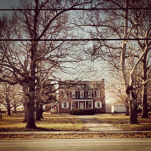 Such a pretty farm house. DelawareCity Pretty IlikeTheTrees Oldfarmhouse