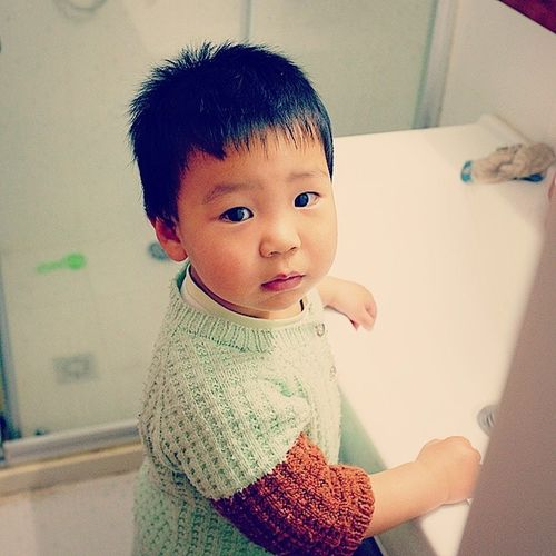 壮壮 Baby Boy Stare look eyes bathroom wash turn portrait