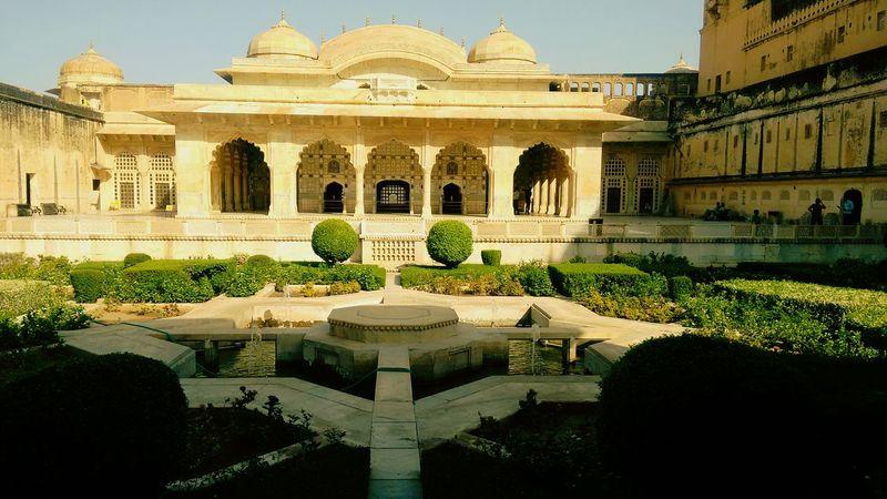 Monument Amerfortjaipur Amberfortjaipur Jaipurdiaries Jaipur Rajasthan Incredibleindia Traveldiaries Travellove Soroyal Garden Royalgarden Courtyard  Jodhaakbar Beautiful Ancient Forts India Summertravels