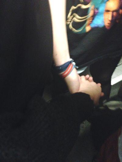 Putain j'ai serré ta main aussi fort que je le pouvais car ouais,c'est pas une exagération,ma vie en dépendait.