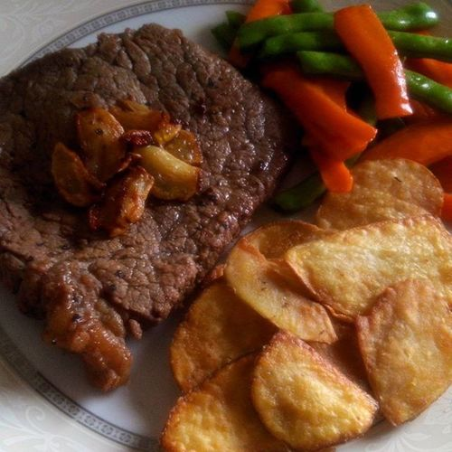 After a whole day of doing chores and fighting migraine at the same time, I deserve a special dinner and by special I mean this --pan-seared steak with buttered veggies and homemade potato chips. 😉🍴 MelsKitchen HomecookedGoodness Sundayslowdown LivingSolo Iloveweekends