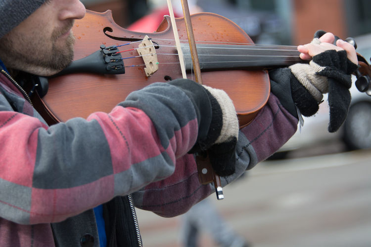 Adult Adults Only Archival Close-up Day Expertise Human Body Part Human Hand Instrument Maker Music Musical Instrument Musical Instrument String Musician One Man Only One Person Only Men Outdoors People Skill  Sport Street Performer Streetperformer Violin