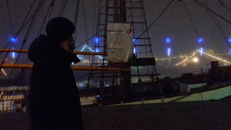 Handyfotografie Smartphone Photography One Man Only Without Filters Ohne Filter Portait Of A Man Weihnachtsbeleuchtung Bremerhaven Hafen One Person