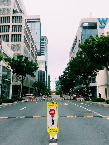 Building Exterior Architecture Tree Built Structure Road Marking City Guidance Road Sign Street Road Warning Sign Communication Transportation Directional Sign Arrow Symbol Arrow Sign Travel Destinations Traffic Arrow Sign Road Signal City Street