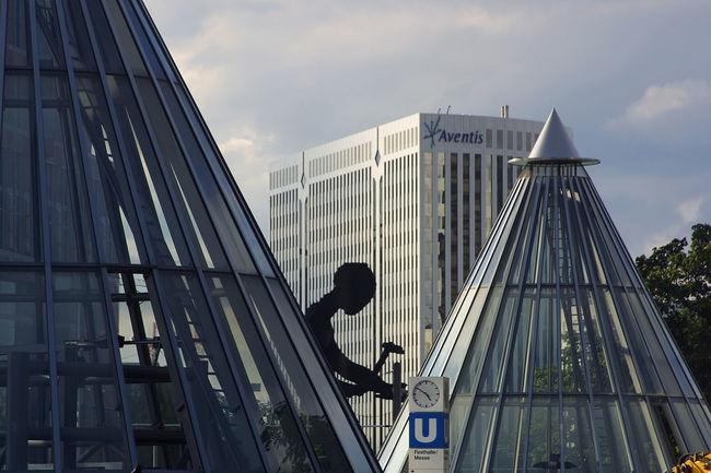 Frankfurt, Bankentürme, skyscrapers, Bankcity Skulptur Hammering Man Hammering Man Kegeldach Skulptur U--Bahn Station Architecture Building Exterior Built Structure City Day Modern Outdoors Sky Skyscraper