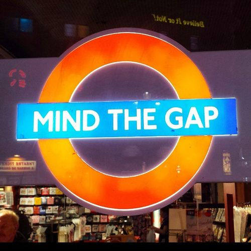 Mind the Gap ! London Mindthegap Underground Style Tubetrain Tube Londonlife Tube Tubetrain Life Piccadilly Tube Tubestation Subway Londonlife London Londonview England English Britain British Uk Unitedkingdom Greatbritain GB