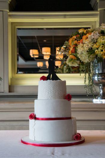 beautiful wedding cake, with on top a silhouette of 2 persons kissing Beautiful Bridal Cake Celebration Decoration Delicious Eating Event Floral Flowers Fondant  Food Freshness Handmade Love Marriage  Party Sweet Traditional Unhealthy Eating Wedding Wedding Cake White