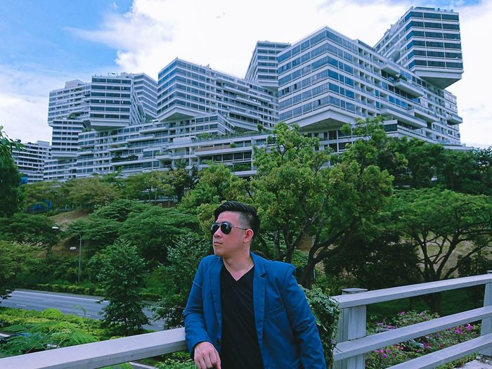 The Interlace is a 1,000-unit apartment building complex in Singapore. Design which looks like 31 bricks irregularly stacked. Architecture Built Structure Building Exterior Glasses One Person Sunglasses City