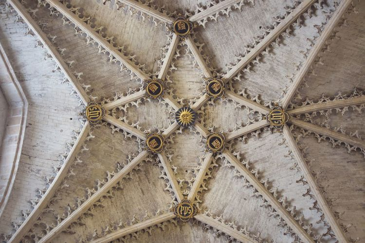 Backgrounds No People Outdoors Close-up Day Transportation Detalle Techo Arquitectura España Burgos Beautifully Organized Rose Window Architecture Hanging Spirituality Pattern Indoors  Ceiling Place Of Worship Indoors  Religion