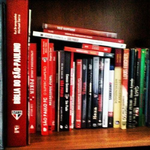 Canto da literatura esportiva. Livros, dvds do SPFC
