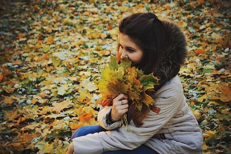 И снова фото с моего осеннего архива. Модное фото в листочках с листиками. осень Листочки