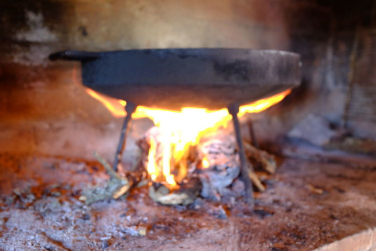 cocinando en disco de arado Cocinando Burning Fire Heat - Temperature Flame Fire - Natural Phenomenon Wood Glowing Wood - Material Log No People Firewood Nature Appliance Motion Close-up Indoors  Ash Orange Color Event Preparation  Bonfire