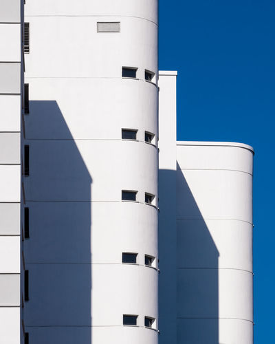 Blueskyarchitecture Built Structure Building Exterior Architecture Blue Sky Clear Sky Day No People Copy Space Outdoors Building Ralfpollack_fotografie Fujix_berlin Minimalism Minimalist Photography  Berlin Photography Sunlight White Color Wall - Building Feature City 17.62°