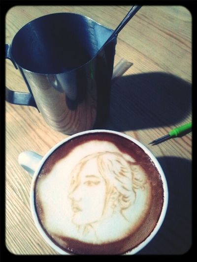 一杯咖啡,秀色可餐 Drinking A Latte