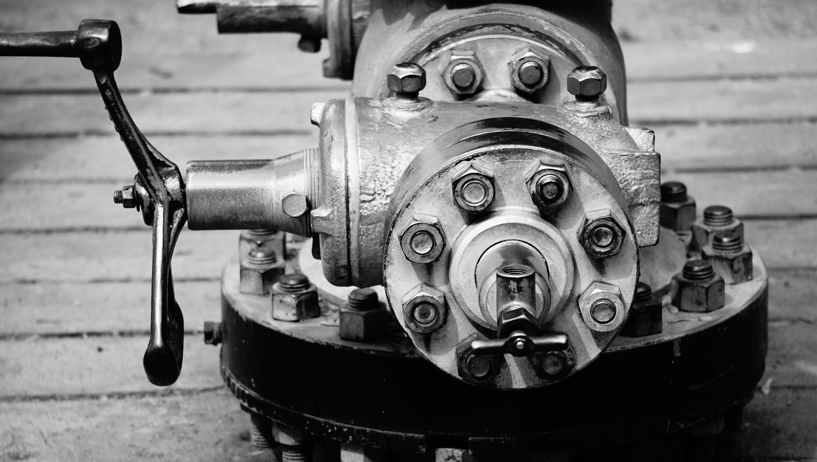 metal, close-up, old-fashioned, focus on foreground, metallic, indoors, machine part, machinery, retro styled, old, equipment, technology, still life, no people, rusty, part of, day, wheel, antique, transportation