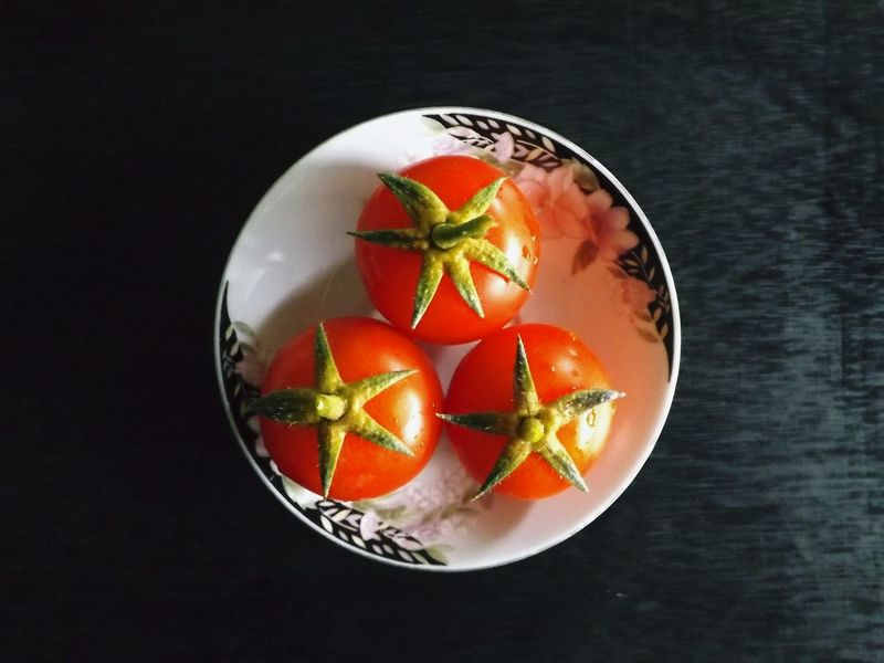Aliment Alimentation Assiette Black Background Bowl Close-up Day Directly Above Food Food And Drink Freshness Fruit Healthy Eating High Angle View Indoors  Légumes Légumes Frais No People Plate Ready-to-eat SLICE Sur Table Table Tomates