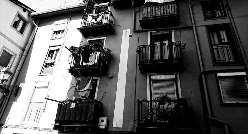 Encantador Bilbao .. Bilbaosoul Bilbaoclick Euskadigrafias Basque Country Bilbaocentro Bilbo Blackandwhite Photography Blancoynegro Fotobnw Fotobnw_life Allbnw_shots Fotobnw_life Blanco & Negro  Luz Y Sombra  Loves_world Lookingup_architecture Looking Up Can Be So Rewarding Architecture Euskadibasquecountry Bilbaoarchitecture Built Structure Building Exterior Window Low Angle View No People