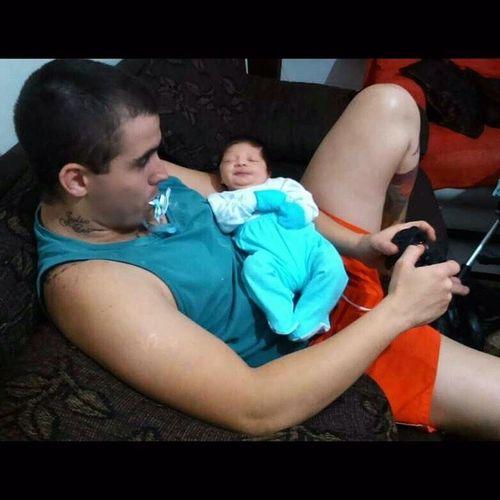 Como cuidar do filho... Sempre com o videogame na mão! Rsrsrs Papaicuidando Juliocesar NossoPrincipe Amorinexplicavel meusamores minhafamilia paternidade