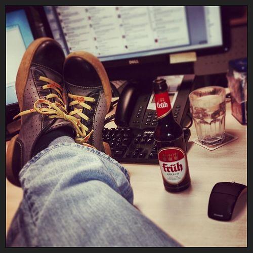 #Schuhezeigen die Zweite. Diesmal mit Bier...#prost Schuhezeigen Hootsuite Beer Buero Shoes Frueh Pause Relax Bottle Koelsch Office Break Bier Schuhe  Dell Flasche Prost Eject