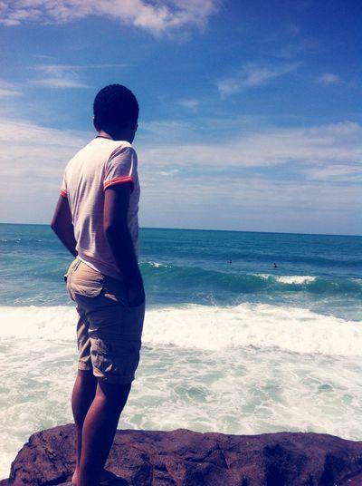 Olho para o mar e vejo sua beleza imensa