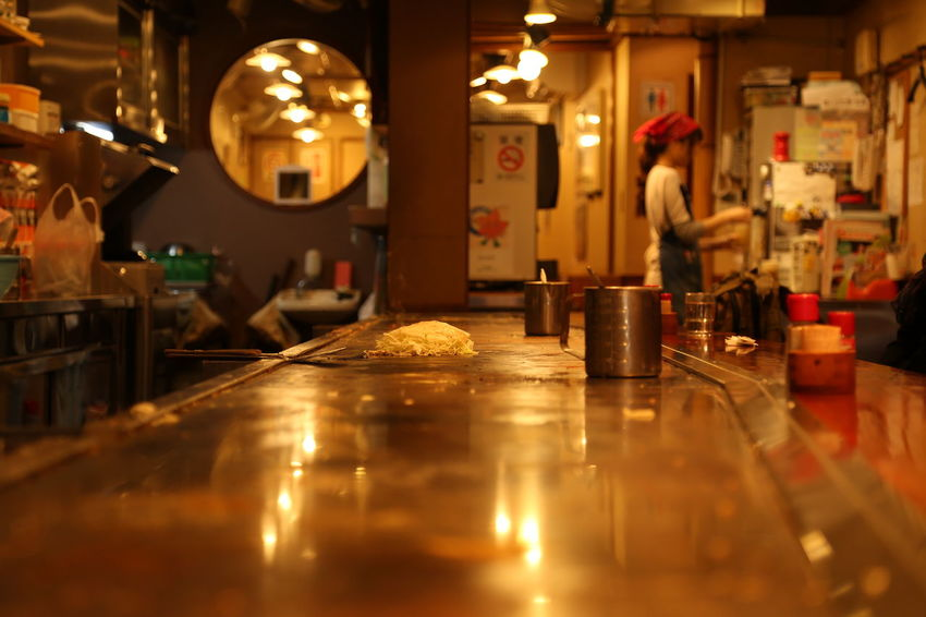 waiting for an okonomiyaki Cooking Cool Food Foodporn Illuminated Indoors  Japan Japan Photography Japanese Food Japanese Lunch Lunch Lunch Time! Okonomiyaki Traditional Traditional Cooking EyeEm Best Shots EyeEmNewHere EyeEmBestPics EyeEm New Talent