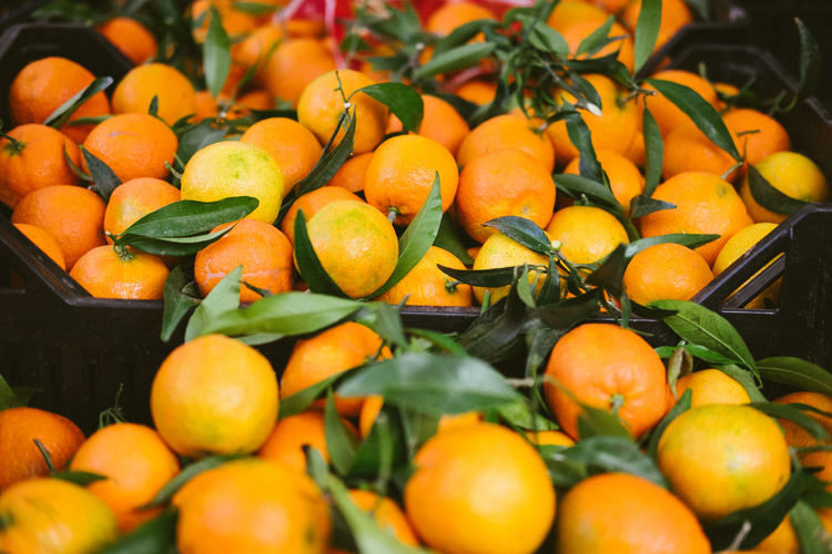 Food And Drink Food Healthy Eating Fruit Freshness Wellbeing Orange Color Abundance Close-up Large Group Of Objects Market Citrus Fruit Retail  Market Stall Orange - Fruit No People Orange Leaf Ripe Clementine Clementines
