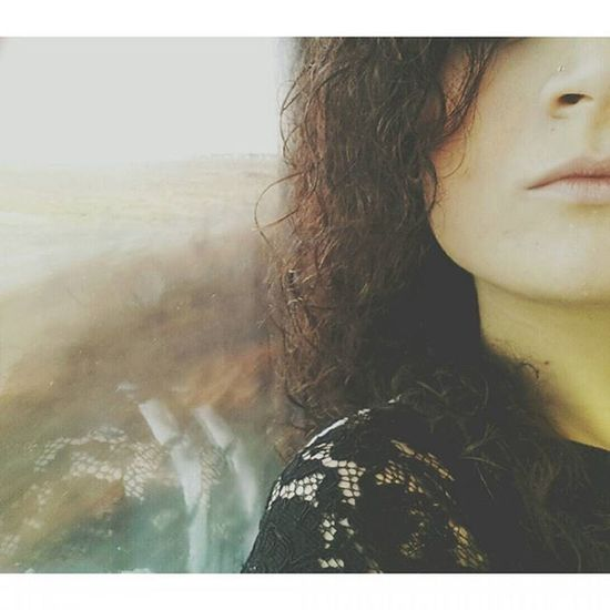 I viaggi in treno sono importanti, sono libertà, sono solitudine. E stare soli è importante quanto stare in compagnia. Sono musica, relax, o tutto il contrario, caos e ansia. È quel momento in cui fuori il mondo scorre veloce, ed invece tu sei lì, fermo ad OSSERVARE. Train Morning Goodmorning Relax Treno Viaggio Trip First October Lips Curlyhair Skin Mood Riflesso Specchio Mirror Soymix