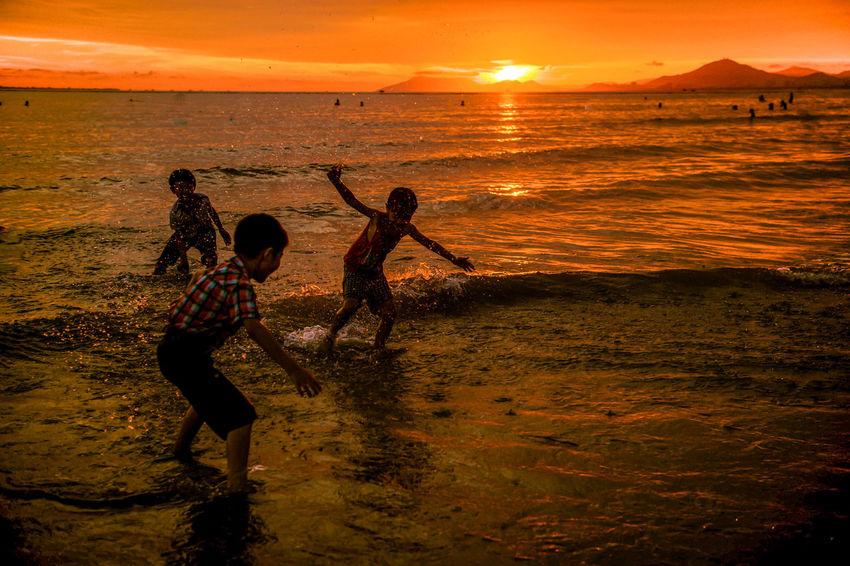 Childhood Sea The Light Of Setting Sun Kids Playing