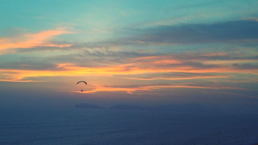 sunset parapente Parapente Atardecer Atardeceres Sunset Ocaso Cielo Nubes Paragliding Sunset Parachute Flying Extreme Sports Adventure Silhouette Mid-air Awe Dramatic Sky