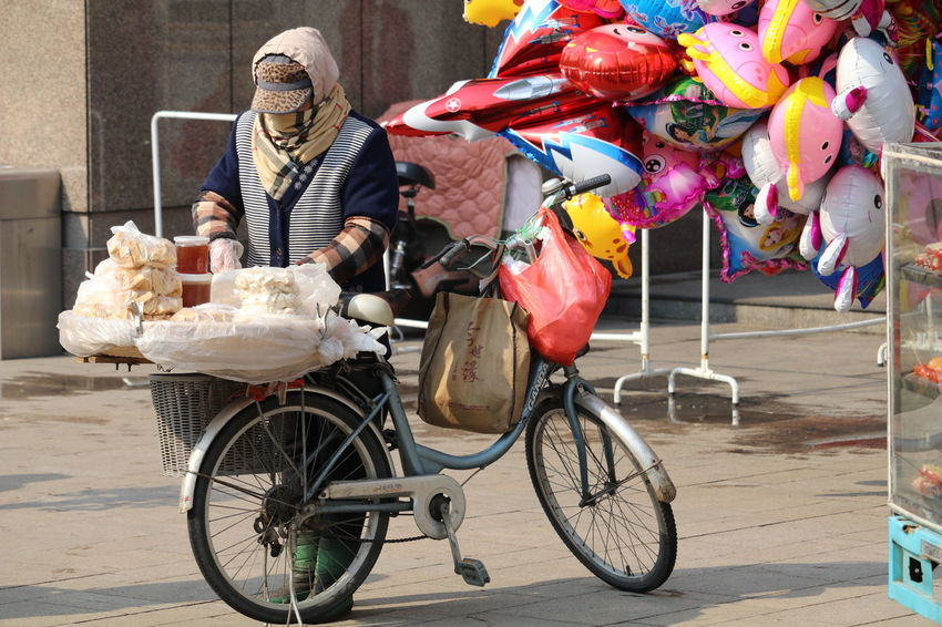 Bicycle Outdoors Adults Only People Only Men Adult Day 中国 중국 淮安 Huaian 江苏省 Streetphotography Street Photography Streetfood Grandma