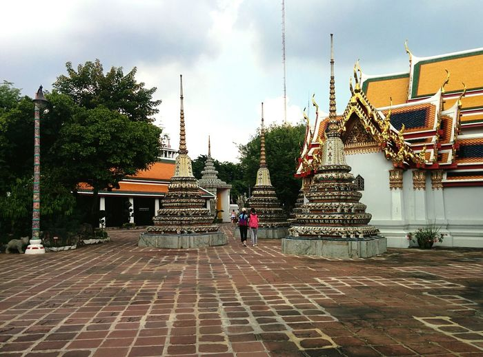 #buddhism #buddhisttemple Watphotemple Bangkok Thailand Taking Photos Sawasdee World. Greatpeople Traveling Travel101 Architecture Temples And Shrines Temple Building Thailandtravel Thailand Photos Thailand Temple Tourism Tourist Attraction  Cameraphone