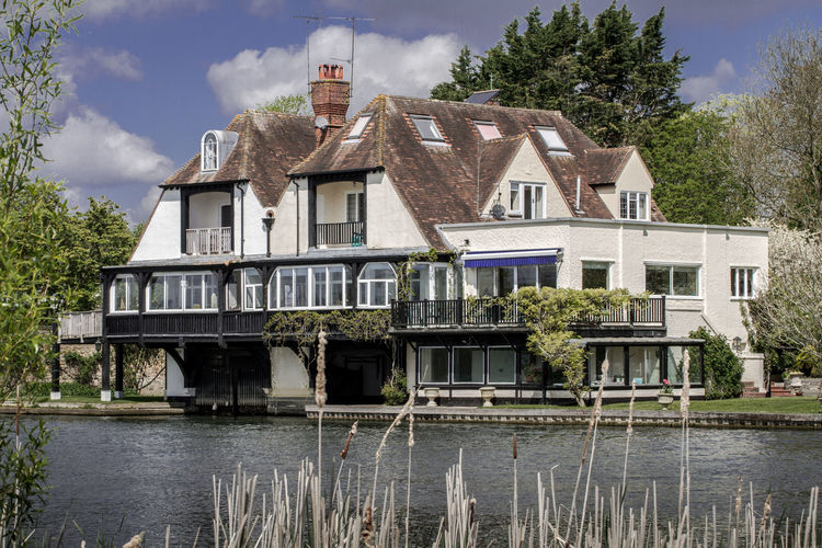Delightful riverside property with its own internal boat house. How cool is that? Architecture Boat House Building Exterior Built Structure Day English House Home On The River Location Nature No People Outdoors River River Collection River Home River Thames Riverscape Riverside Riverside Photography Riverside Property Shiplake Sky Tree Water Waterside Waterways